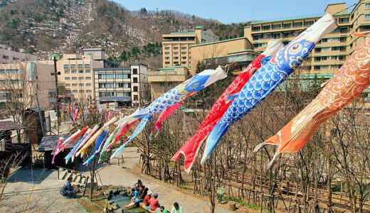 札幌・定山渓温泉で「渓流鯉のぼり」掲揚 約400匹の鯉のぼりが上空を舞う